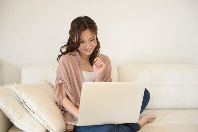 自宅でMOS試験の勉強をする女性