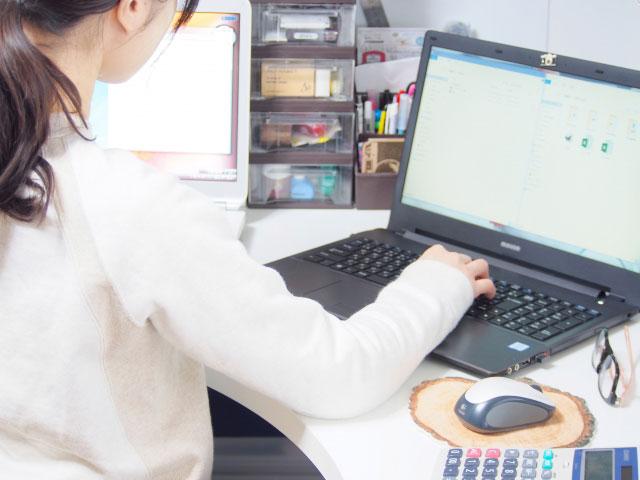 パソコンで事務仕事をする女性